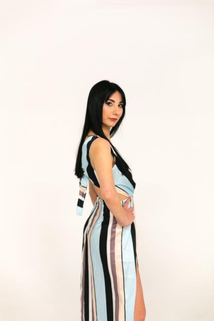 długa sukienka maxi w pasy wiązana na plecach z wycięciem