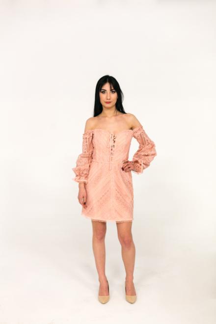 różowa krótka sukienka rozkloszowana z hafrem z koronką z dekoltem z rękawami odkryte ramiona