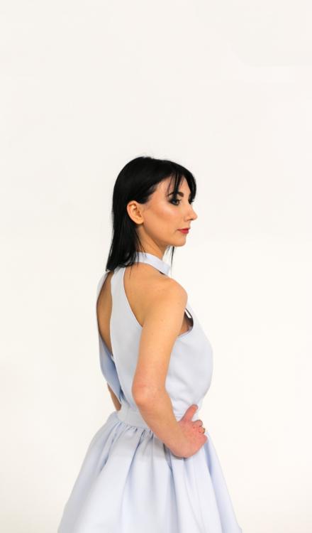 błękitna krótka sukienka z wiązaniem na szyi wycięta z koła rozkloszowana Birdie