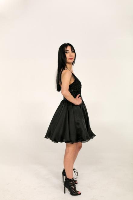 czarna krótka sukienka z tiulu na ramiączkach dekolt odkryte plecy z cekinami