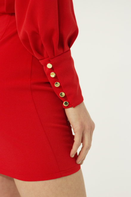 czerwona krótka sukienka z długim rękawem dopasowana obcisła taliowana z odkrytymi plecami ze złotymi elementami