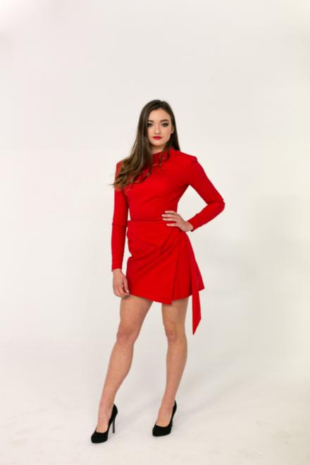 czerwona krótka sukienka z długim rękawem dopasowana taliowana z odkrytymi plecami