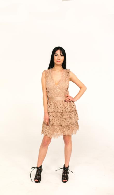 beżowa haftowana sukienka bez rękawów przed kolano taliowana koronkowa z dekoltem