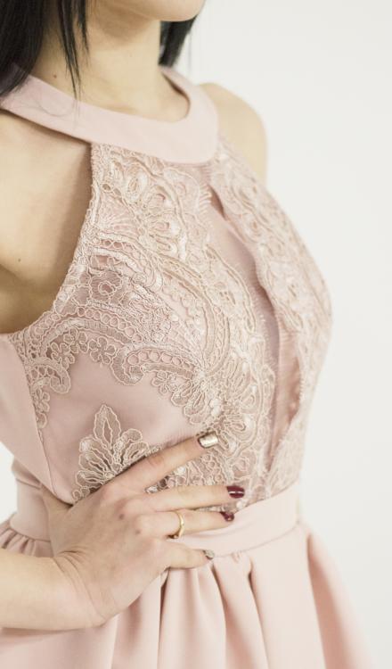 różowa sukienka rozkloszowana z hafrem z koronką