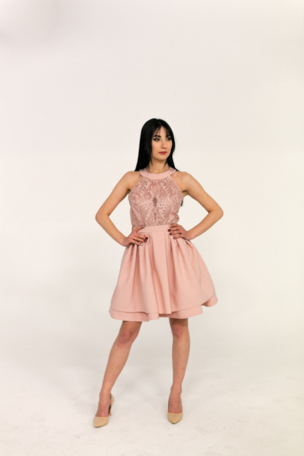 różowa krótka sukienka rozkloszowana z hafrem z koronką