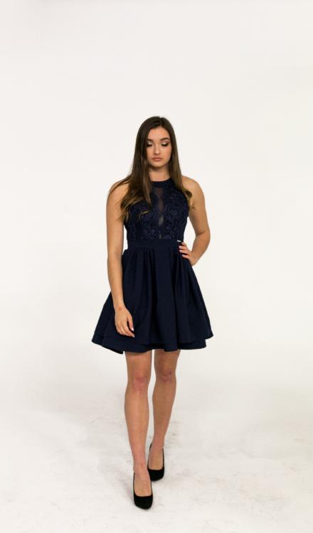granatowa sukienka rozkloszowana z hafrem z koronką