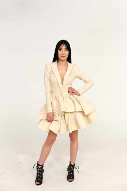 kremowa sukienka z długim rękawem i głębokim dekoltem taliowana rozkloszowana elegancka z paskiem