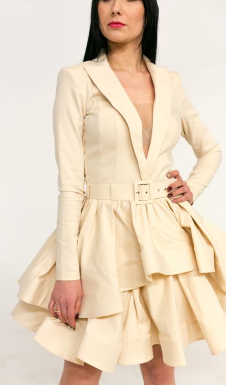 kremowa sukienka z długim rękawem i głębokim dekoltem taliowana rozkloszowana elegancka