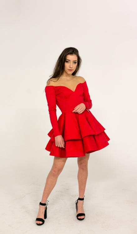 czerwona krótka sukienka z długim rękawem rozkloszowana z odkrytymi ramionami