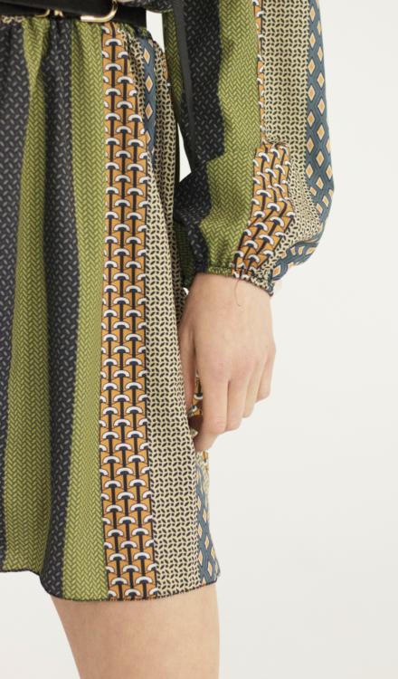 zielona krótka sukienka w pasy z długim rękawem