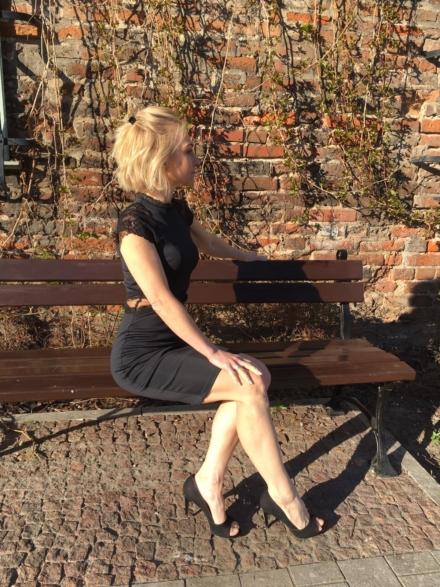 Czarna dopasowana sukienka z koronką z golfem przed kolano z rękawkiem