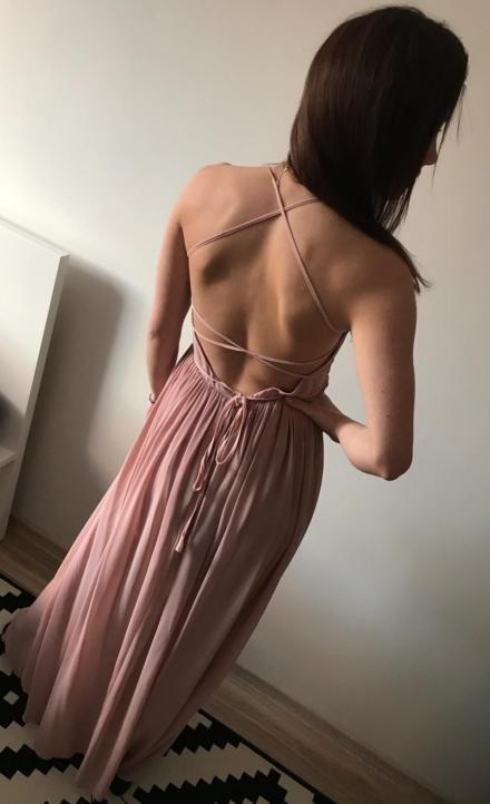 długa różowa sukienka tiulowa z odkrytymi plecami wiązana