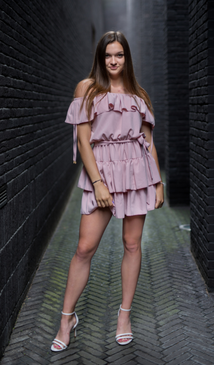rózowa krótka sukienka z falbanami hiszpanka złote zdobienia