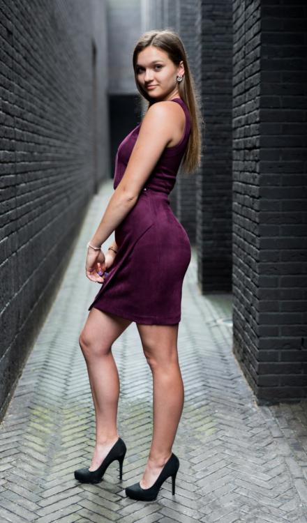 fioletowa dopasowana krótka sukienka złote dodatki