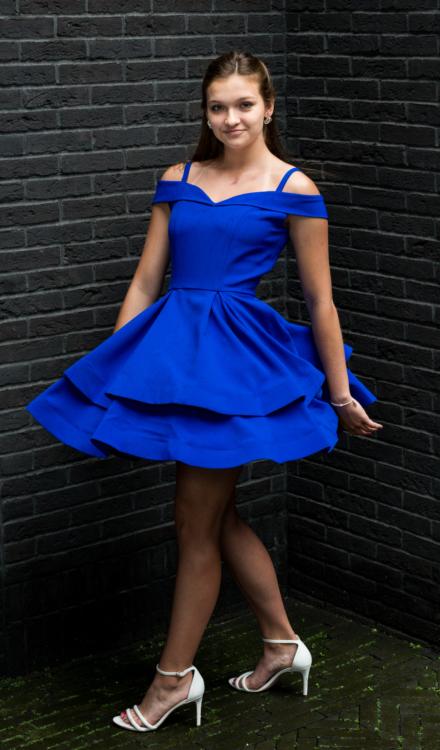 niebieska chabrowa sukienka rozkloszowana wycięta z koła