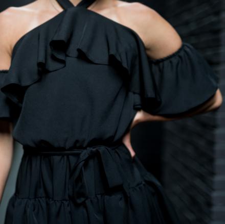 krótka czarna sukienka hiszpanka z falbanami z wiązaniem