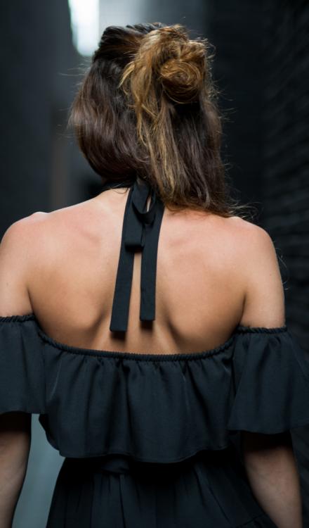 Czarna hiszpanka Kimberly z wiązaniem na szyi krótka