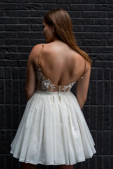 Biała sukienka Janne z odkrytymi plecami rozkloszowana tiulowa