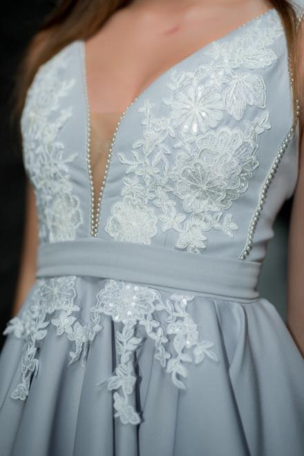 Błękitna krótka sukienka Calderia z koralikami z koronką rozkloszowana