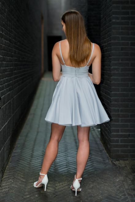 Błękitna krótka sukienka Calderia z kwiatami