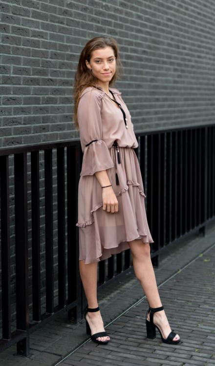 różowa asymetryczna sukienka z rękawem z wiązaniem na szyi