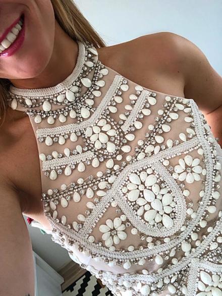 krótka dopasowana biała sukienka z wiązaniem na szyi z cekinami z koralikami odkryte plecy Iris