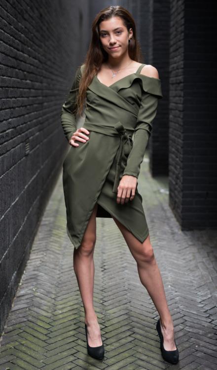 zielona krótka sukienka khaki z długim rękawem z rozcięciem na jedno ramie